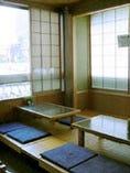 2階にはイス席と小座敷があります。