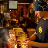 熟練職人が炭火を操り、絶妙な火加減でお客様のもとへ…。