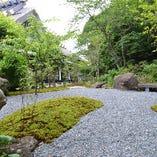沼津アルプスの入口である香貫山を背にした美しい庭園。