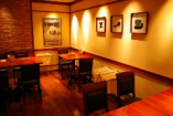 間接照明の心地よい落ち着きある空間でゆったりディナーを。