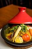 スパイス香る熱々のタジン鍋。野菜と肉の旨味が詰まっています!