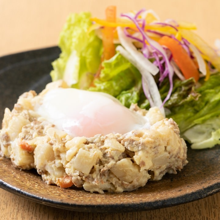 牛肉の時雨煮が入った温かいポテトサラダは男性に大人気です!