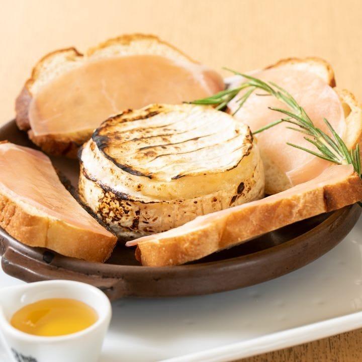 丸ごと焼いた香ばしいカマンベールチーズにとろーりはちみつを