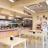【イートインコーナー】 明るい雰囲気の空間でお食事はいかが?