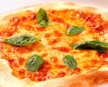 自慢の自家製薄焼きピザも人気です。