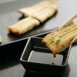 鰻本来の味を存分に愉しめる白焼。山葵醤油でシンプルにどうぞ。