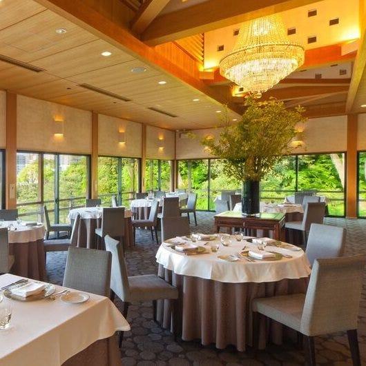 緑豊かな徳川の庭園を臨むレストラン