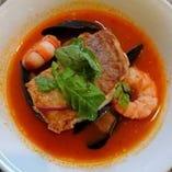 ある日のお魚一例 いとより鯛ポワレと海老、ムール貝のサフラントマト風味