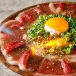 """名物!霜降り牛""""くちどけ""""炙りカルパッチョなど肉料理が満載!"""