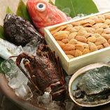 [旬の厳選食材] 料理長自ら目利きする山海の幸を贅沢に使用