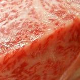 牛肉の旨味を可能な限り引き出した食べ方 『ドライ エイジング』 選りすぐりの黒毛和牛の雌牛を 自社の熟成庫にて約60日もの間、 じっくりと寝かせ旨味を凝縮させました。 新鮮なお肉とはまた一味違った牛肉の美味しさを、 ぜひご堪能ください。