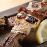 『マグロの串焼き』など、寿司以外のメニューも多彩に取り揃えております。 珍味の『くじらベーコン』や『ねぎとろユッケ』など、お酒に合う寿司以外のメニューも用意しています。