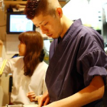 料理人歴18年の小川店長。笑顔で活気あふれる店を目指しています。ふらっと軽く立ち寄れる立ち喰い寿司屋で軽く一杯、またデートの締めに、ぜひお立ち寄り下さい。