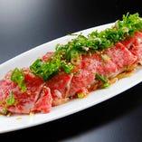 上質なお肉をさっと炙った「特選和牛のあぶりポンズ」。 シンプルにお肉の旨味が楽しめます。