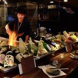 カウンター前には炉辺焼き用の新鮮食材がずらっと並ぶ!