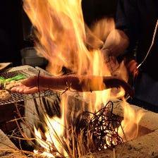 店内で燃え上がる炎!名物鰹の藁焼!