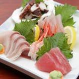 その日獲れたての新鮮魚介を刺身盛合わせでご堪能ください。