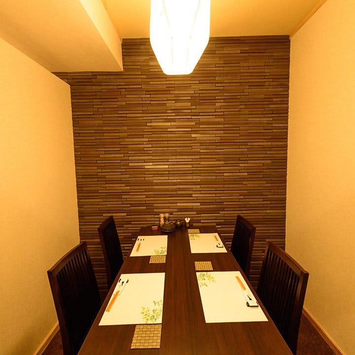 少人数でご利用可能!温かな照明が灯る落ち着いた雰囲気の半個室