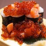 沢庵の細巻きにたっぷりの鮭とイクラをこぼれるように盛り付け。鮭といくらのこぼれ親子寿司880円(税抜き)