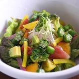 みずみずしい彩り豊かなヘルシーサラダ。彩り野菜の恵サラダ650円(税抜き)