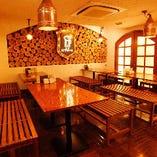 クラシックな大人の雰囲気漂う大ホールテーブル席(1~4名様×12卓。最大50名様まで)
