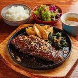 定食は全てサラダ・ライス・スープ付で980円(税込)〜楽しめる
