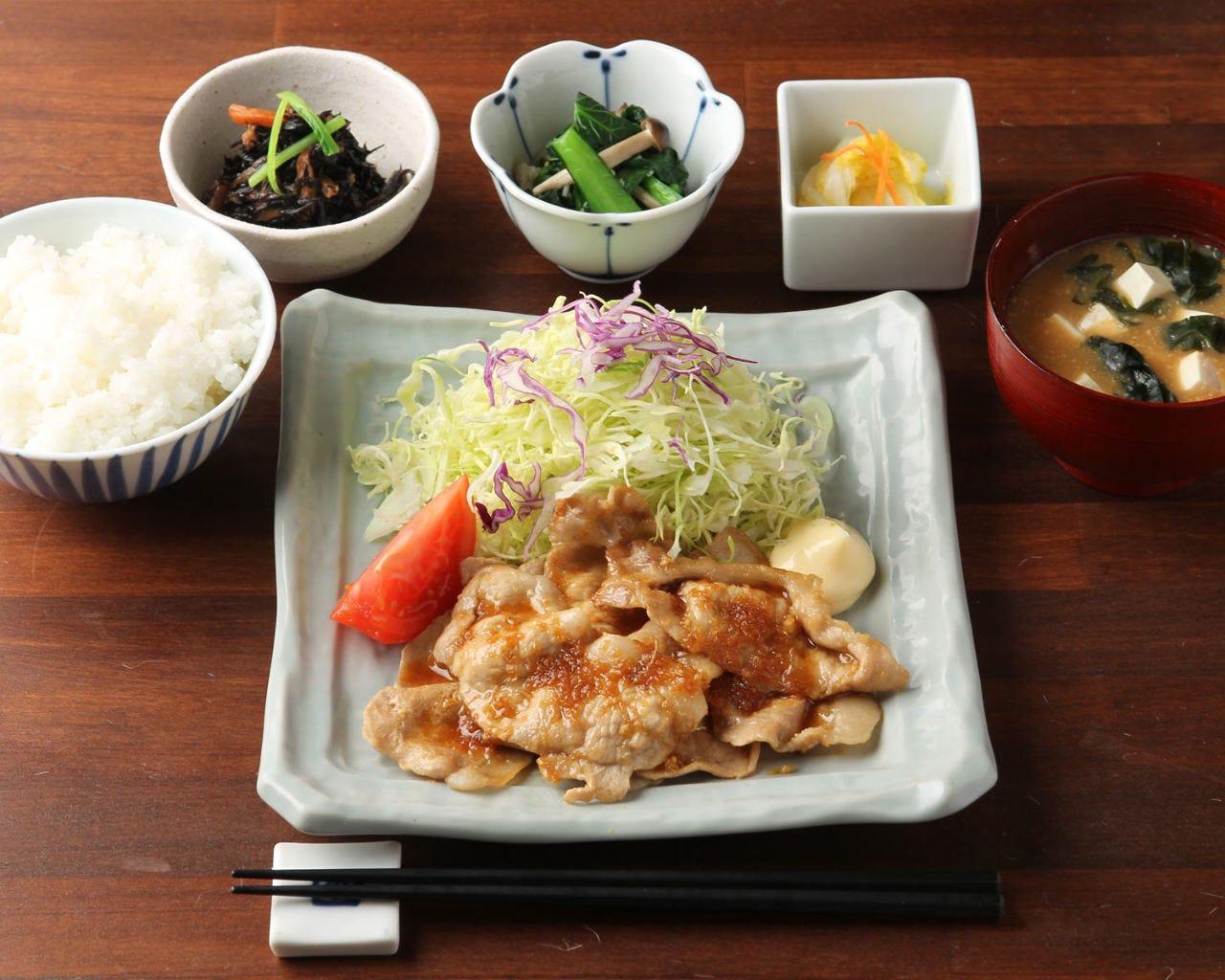 単品料理とごはんセットを組み合わせて定食に。