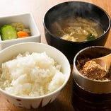 大かまど飯、味噌汁、漬け物、じゃこおろし、本日の小鉢がついたごはんセット。