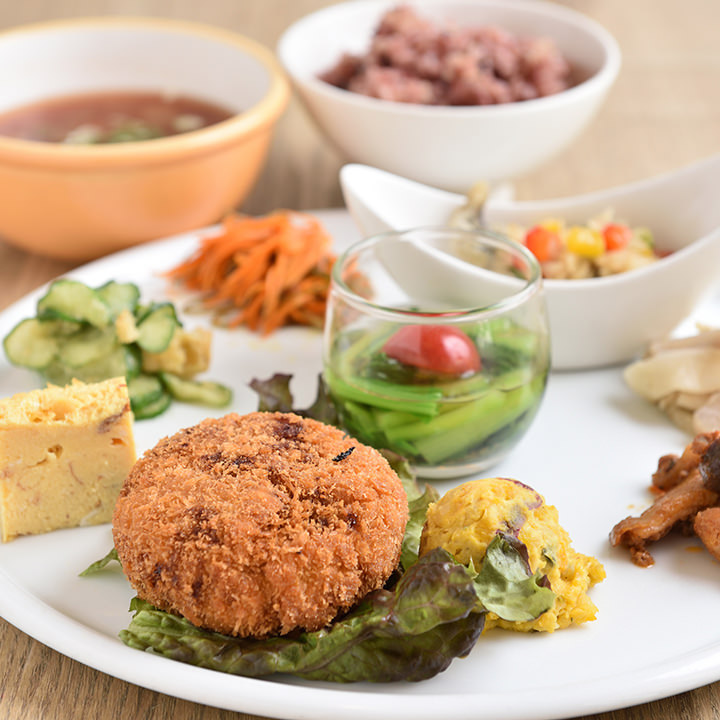 20品目以上の食材が楽しめるおばんざいランチ1200円。