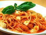 スパゲッティ モッツァレラチーズとバジリコのトマト味
