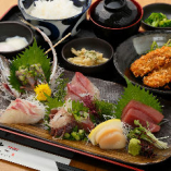 刺身にフライ、小鉢が付いた充実のランチ「地魚刺身定食」が人気