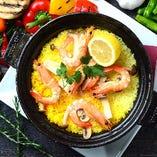 アウトドア料理の定番「海老とキノコの土鍋パエリヤ」