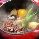 キャセロール鍋で煮込んだ絶品生ハンバーグ