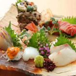 料理長が自ら市場に足を運び、目利きで仕入れる旬魚をご提供