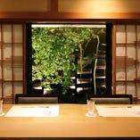 料理長の技を目の前で眺めるカウンターは、当店の隠れた特等席