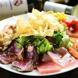 彩り鮮やかな新鮮野菜や魚介が嬉しい♪生タタキのサラダ仕立て