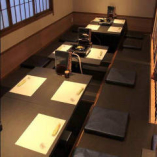 掘りごたつ席は仕切りで25名様まで収容可能な半個室になります。