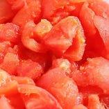 お好み焼きに使うトマトは種を抜いて下ごしらえ