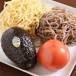焼きそばは、アボカドは日本そば、トマトはパスタを使用します。