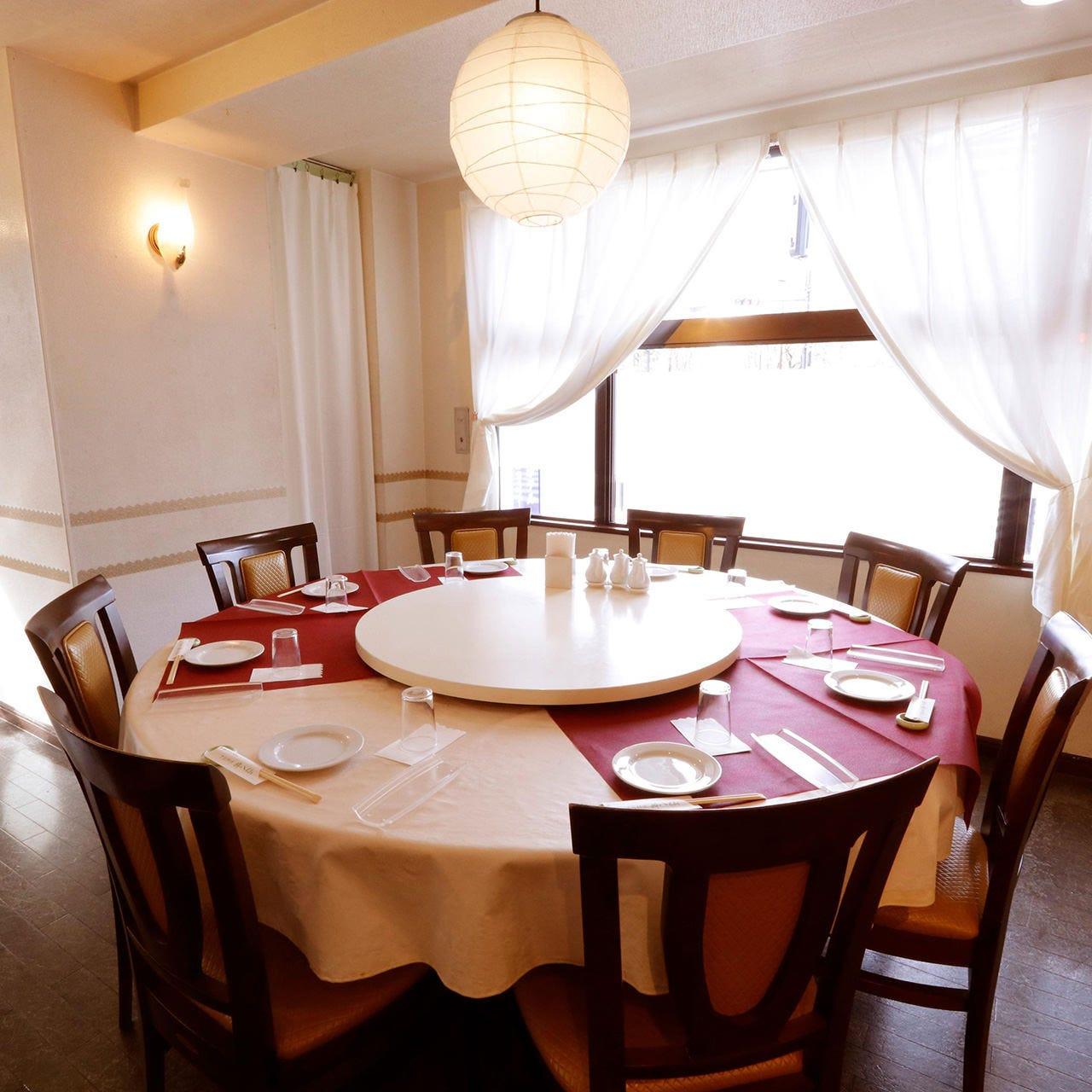 高級感溢れる円卓席は6〜10名様でご利用可能。中人数のご宴会に