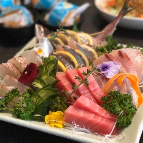 鮮魚の刺し盛りも宴会コースについてきます。