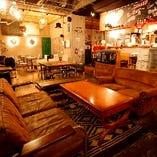 【空間】 広々とした店内には様々なテイストのお席を完備