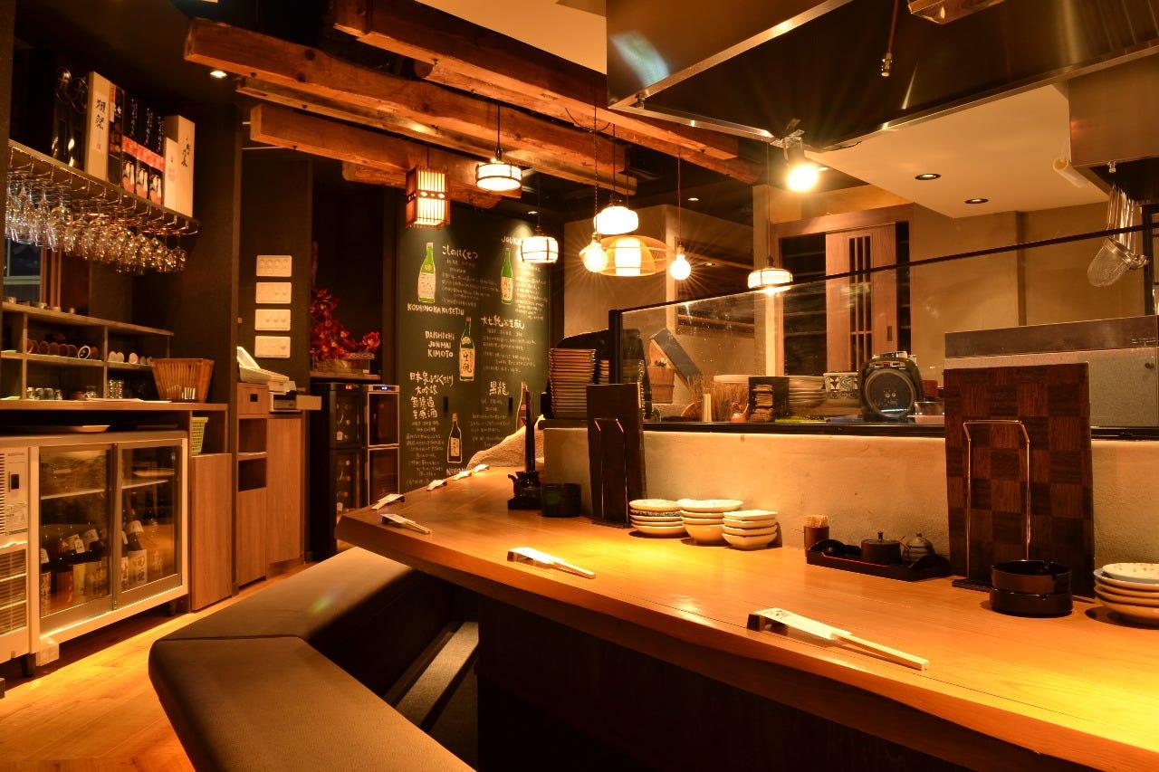 メインはカウンター席。 目の前で揚げたての天ぷらは絶品です。