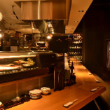 料理人のパフォーマンスが楽しめる人気のカウンター席