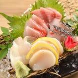 毎朝市場で仕入れる新鮮なお刺身。季節の旬に合わせてご提供