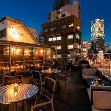 大都会に囲まれた屋上レストラン