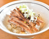 肉飯は仕上げに醤油ダレを掛けながらバーナーで炙って香ばしく。