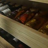 ワインセラーにはソムリエ資格を持つ店主が厳選したワインが並ぶ