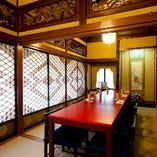 豪華な桃山調彫刻が随所に 施された日本建築のお部屋です