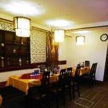 レトロ感あふれる1階テーブル席。最大45名様で貸切予約も可能!